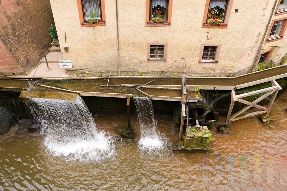 Das Wasser des Leukbaches treibt die Wassermühle im Stadtkern von Saarburg an. Im Gebäude ist das Mühlenmuseum beheimatet