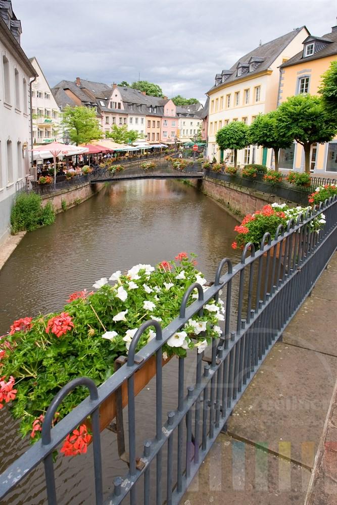 Der Leukbach fließt durch den alten Stadtkern von Saarburg.