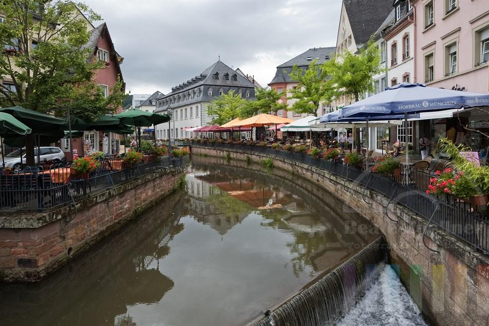 Der Leukbach fliesst mitten durch die Altstadt von Saarburg und muendet mit einem Wasserfall in die Saar