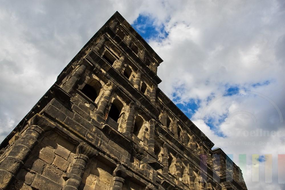Das Stadttor Porta Nigra in Trier, tiefe Perspektive