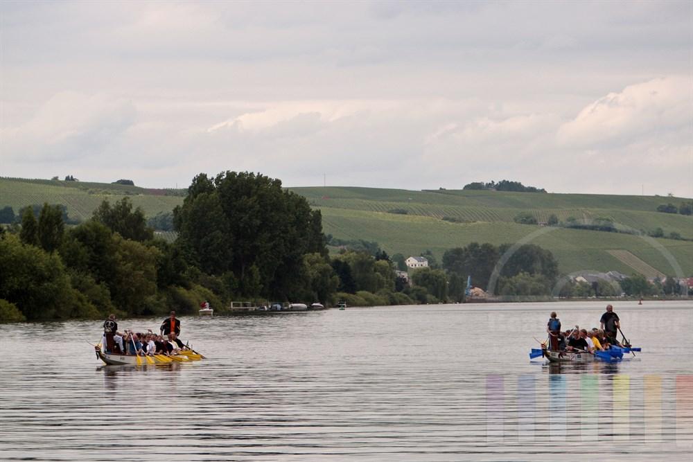 Zwei Drachenboot mit Urlaubern auf der Mosel bei Perl direkt an der Grenze nach Luxemburg