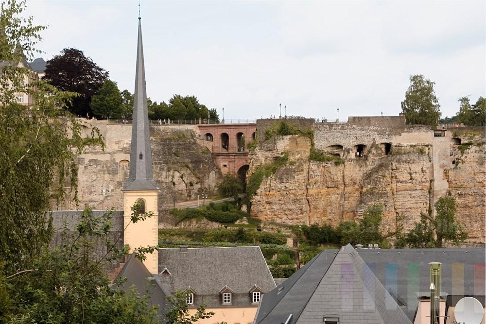 Blick über den Stadtteil Grund und die St. Johanneskirche hinweg auf die Katakomben im Felsen und das Eisenbahn-Viadukt