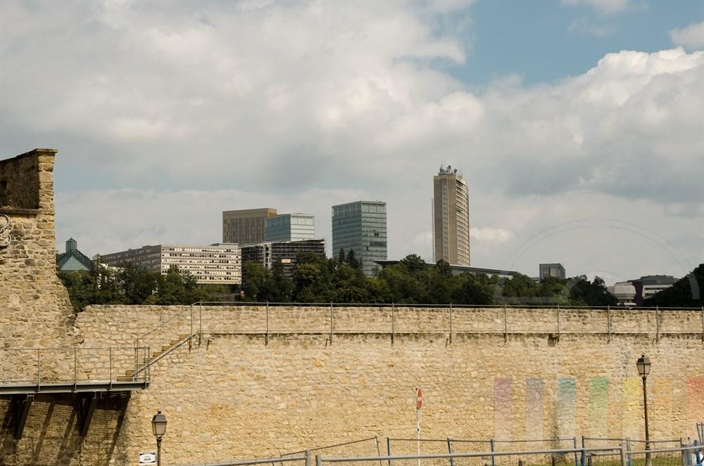 Blick von der Altstadt über ie Stadtmauer auf den neu erschlossenen Stadtteil Kirchberg im Osten der Stadt Luxemburg. Hier hat sich auch die Europäische Kommission angesiedelt
