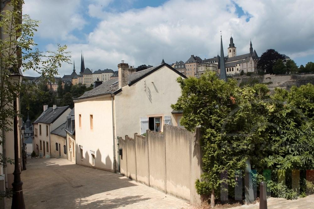 Blick von der Vorstadt Grund auf die Altstadt von Stadt Luxemburg