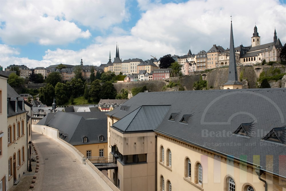 Blick von der Vorstadt Grund auf die Altstadt von Stadt Luxemburg. Rechts im Vordergrund steht das ehemalige Militärhospital