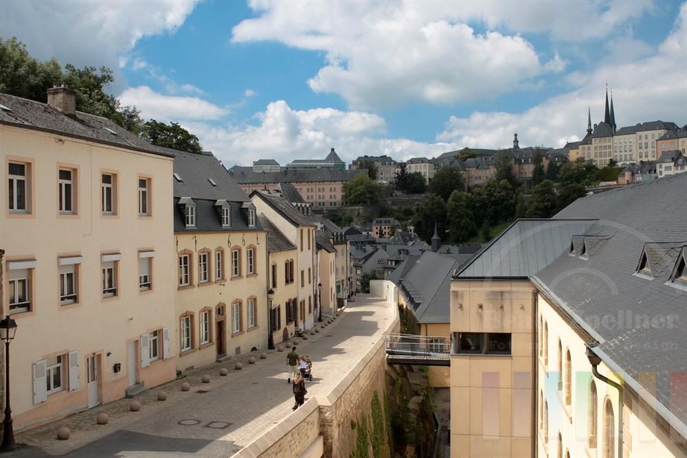 Blick von der Vorstadt Grund im Tal des Flusses Alzette auf die Stadt Luxemburg