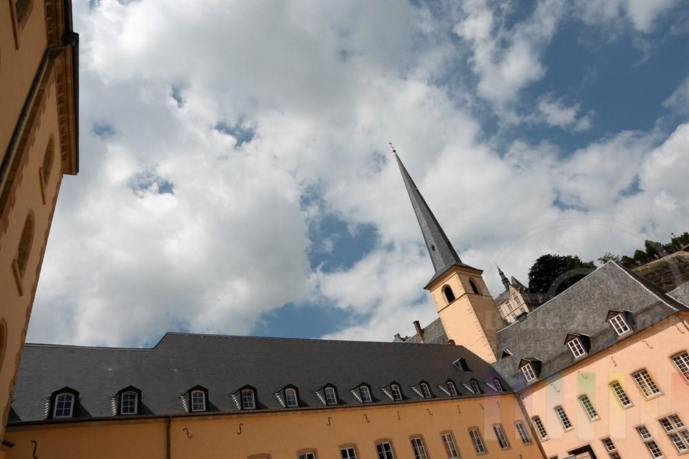 Die ehemalige Abtei Neumünster und die St. Johanneskirche im Stadtteil Grund unterhalb der Altstadt von Luxemburg. Die Abtei ist heute Kulturzzentrum. Im rechten Gebäudeflügel ist der Sitz des nationalen Denkmalamtes