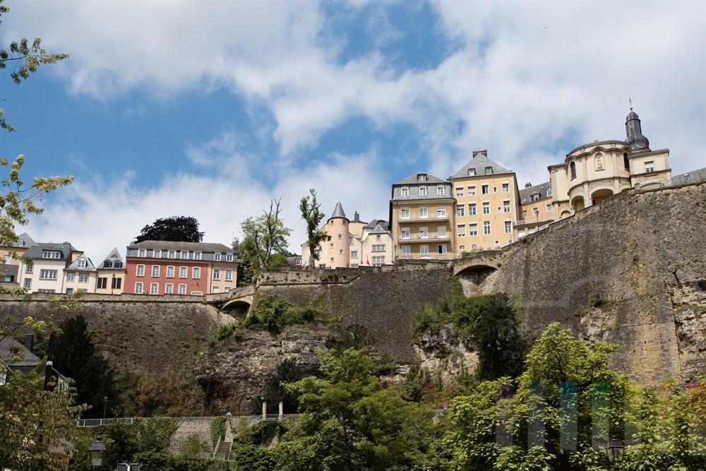 """Blick von der tief im Alzette-Tal gelegenen Vorstadt """"Grund"""" auf den Bockfelsen mit der Corniche und der Altstadt von Luxemburg"""