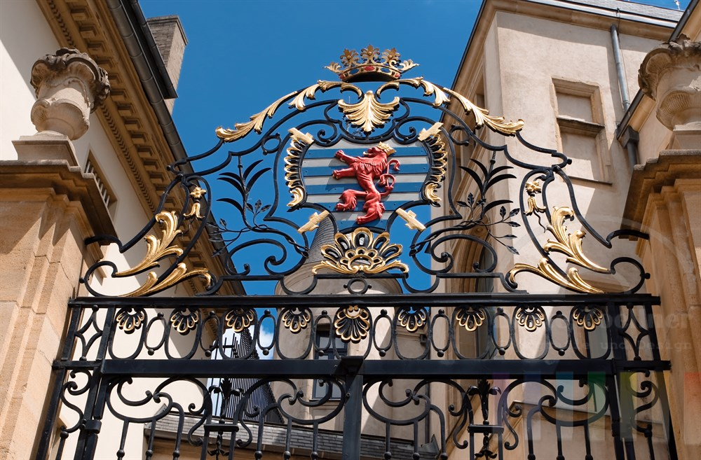 Das Wappentier der Luxemburger, der rote Löwe, ziert ein eisernes Tor am Palast des Grossherzogs mitten in der Stadt