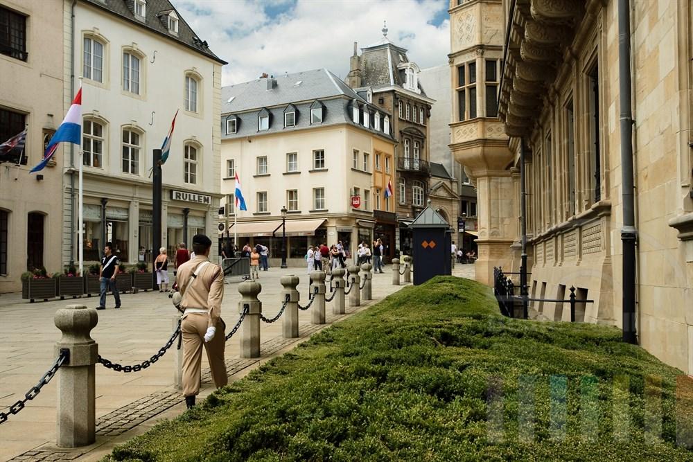 Soldat hält Wache vor dem Palast des Grossherzogs von Luxemburg mitten in der City