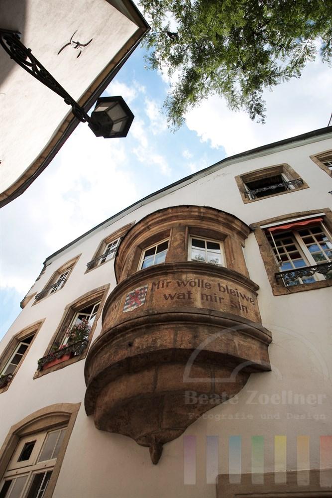 Das Motto der luxemburger Bürger steht auf einem Erker in der Altstadt geschrieben: Wir wollen bleiben was wird sind.