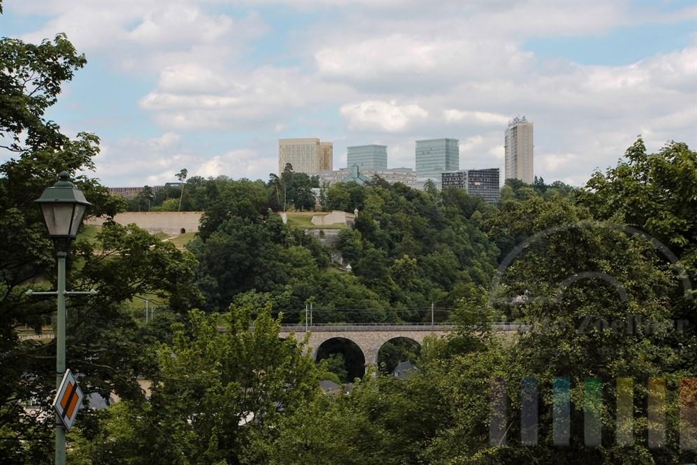 Blick von der Altstadt auf den neu erschlossenen Stadtteil Kirchberg im Osten der Stadt Luxemburg. Hier hat sich die Europäische Kommission angesiedelt