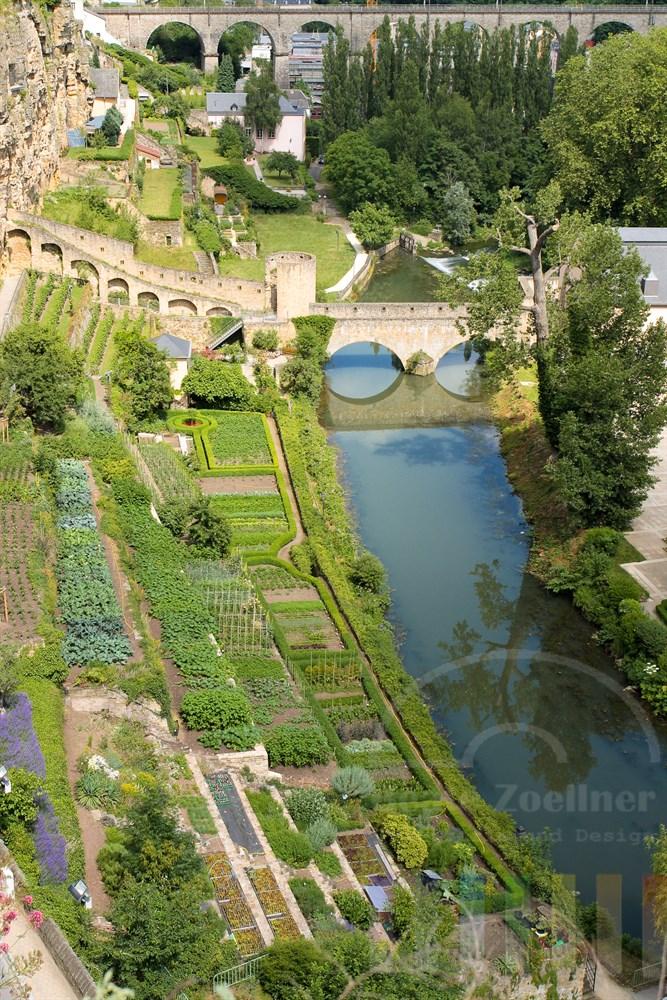 """Im luxemburger Stadtteil Grund führt die historische Brücke """"Stierchen"""" über den FLuss Alzette. Am Ufer wurden Kräuter- und Blumengärten angelegt."""