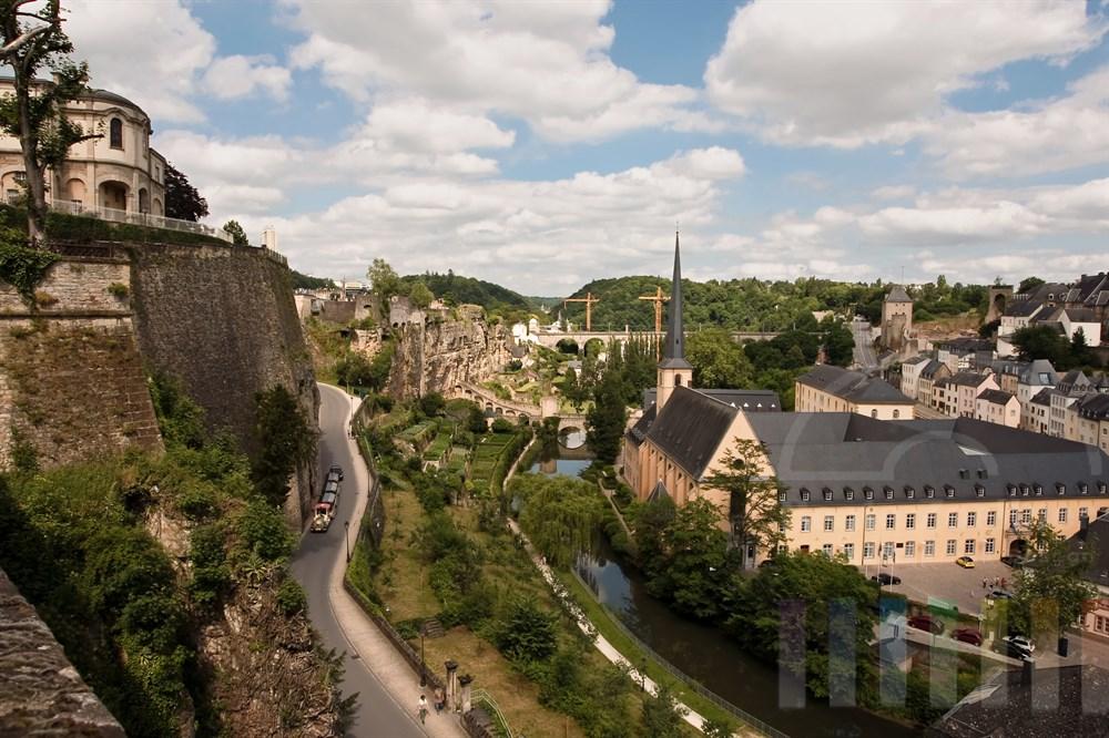 Blick von der Stadtmauer über den Stadtteil Grund, die St. Johanneskirche und die ehemalige Abtei Neumünster (heute Kulturzentrum) am Ufer des Flusses Alzette