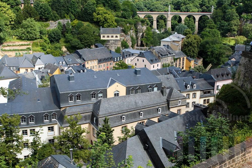 Blick auf die Dächer der Vorstadt Grund unterhalb der Luxemburger Altstadt