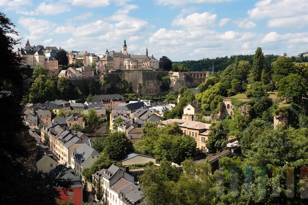 """Blick über die historische Altstadt von Luxemburg. Im Vordergrund im Talkessel gruppieren sich die Gebäude der Vorstadt """"Grund"""" am Ufer des Flusses Alzette"""