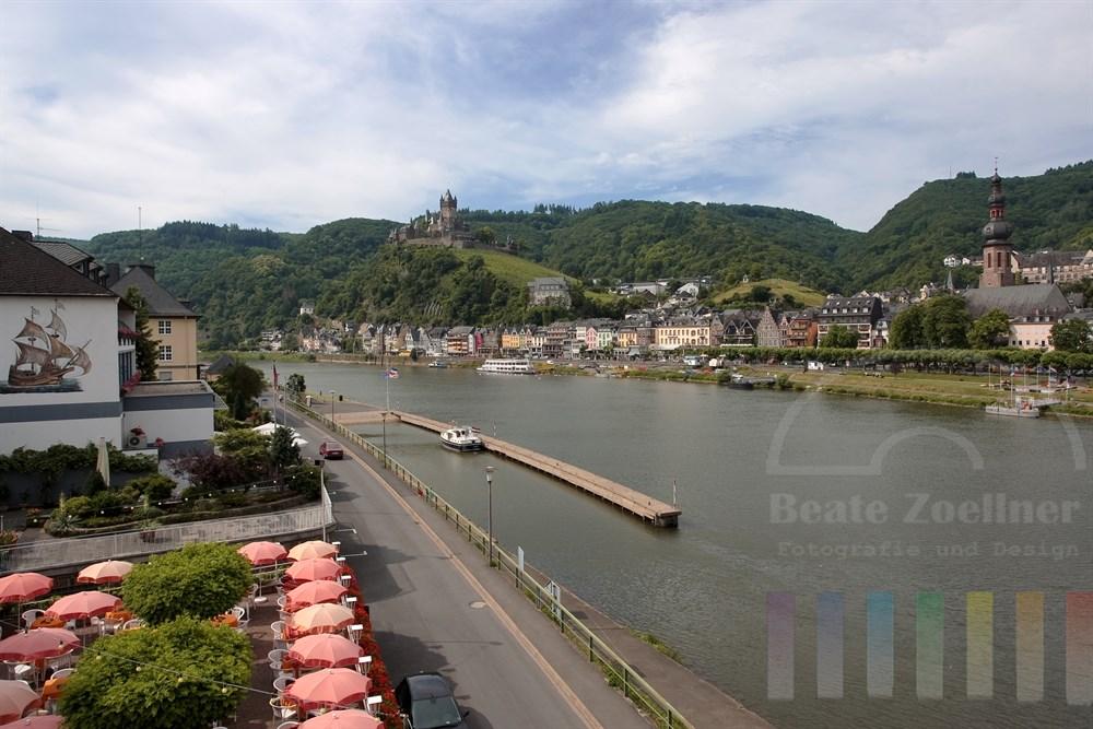 Die Reichsburg thront oberhalb der Stadt Cochem an der Mosel