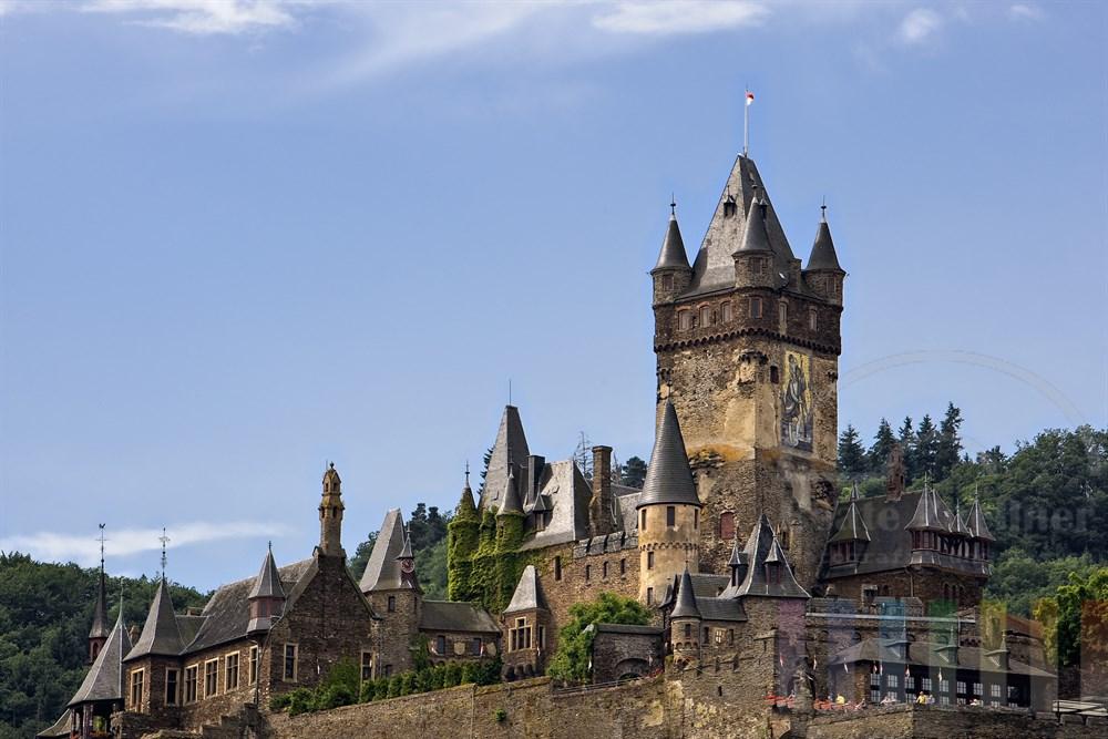 Die Reichsburg ist das  Wahrzeichen der Stadt Cochem und thront auf einem Weinberg ueber der Mosel