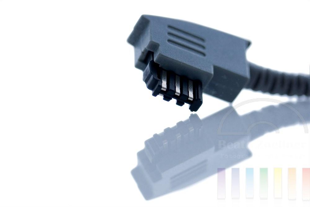 Makro: TAE-Stecker mit Spiegelung auf weissem Hintergrund