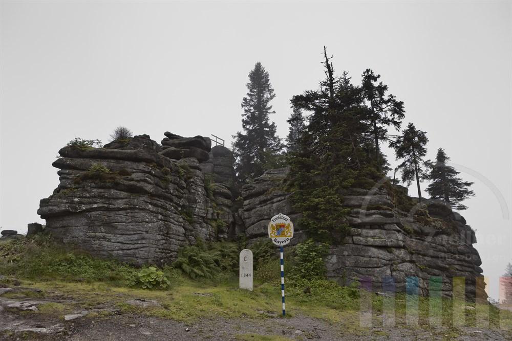 Felsformation auf dem Dreisesselberg im Bayerischen Wald am Dreilaendereck Oesterreich -  Deutschland - Tschechei, Nebelstimmung