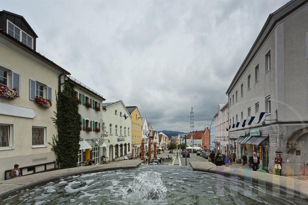 Blick vom Brunnen am Stadtplatz auf die Stadt Waldkirchen im Bayerischen Wald