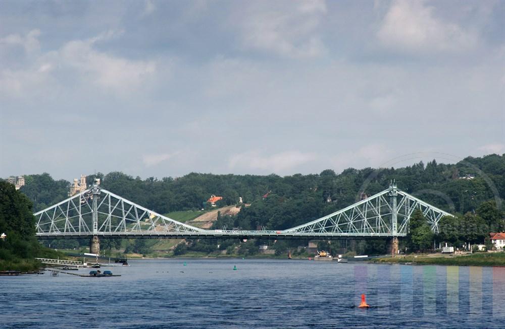"""Blick von einem Ausflugsschiff auf der Elbe auf die Brücke mit dem Spitznamen """"Das blaue Wunder"""""""