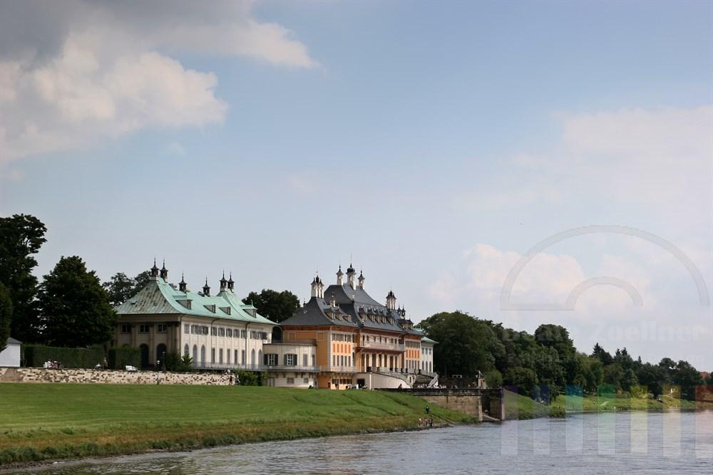 Schloss Pillnitz bei Dresden mit Freitreppe zur Elbe