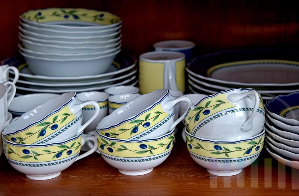 Porzellan-Geschirr gestapelt auf Schrankregal