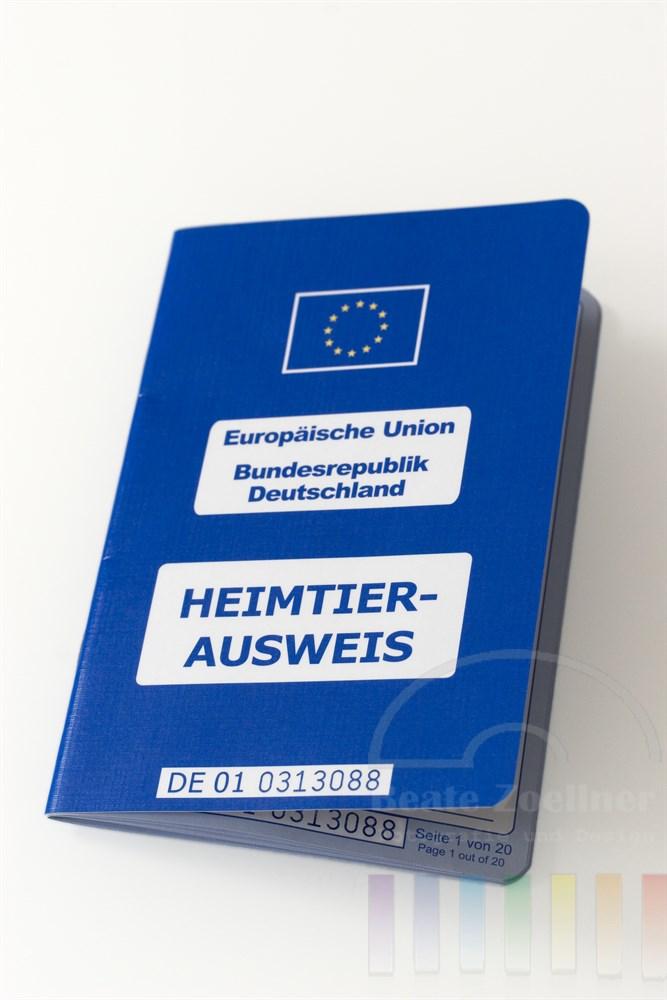 Tabletop, Freisteller: Heimtierausweis der Europäischen Union für die Bundesrepublik Deutschland.Das Dokument ersetzt den bisherigen Impfausweis für Haustier.