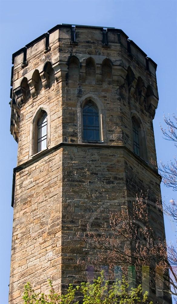 Mittelalterlicher Turm mit Fenstern