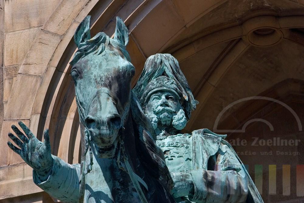 Denkmal von Kaiser-Wilhelm hoch zu Ross auf in Dotmund-Hohensyburg, er hebt die Hand zum Gruße