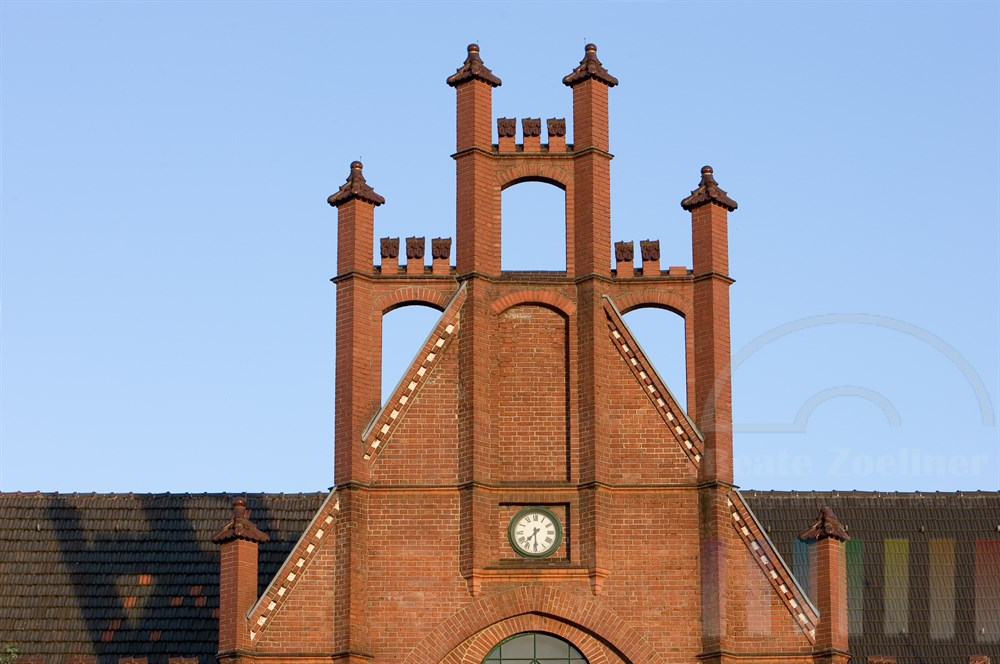 Giebel des Verwaltungsgebäudes der Zeche Zollern. Die gesamte Anlage ist heute Museum und gilt als erstes technisches Baudenkmal von internationaler Bedeutung in Deutschland
