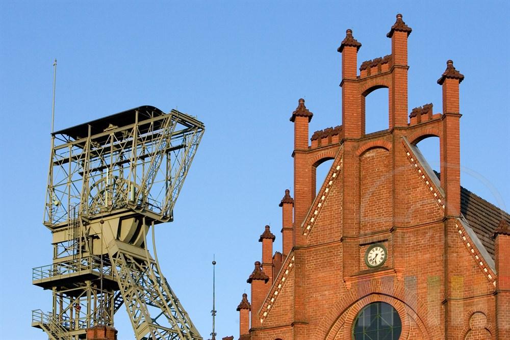 Giebel des Verwaltungsgebäudes der Zeche Zollern und Förderturm. Die gesamte Anlage ist heute Museum und gilt als erstes technisches Baudenkmal von internationaler Bedeutung in Deutschland