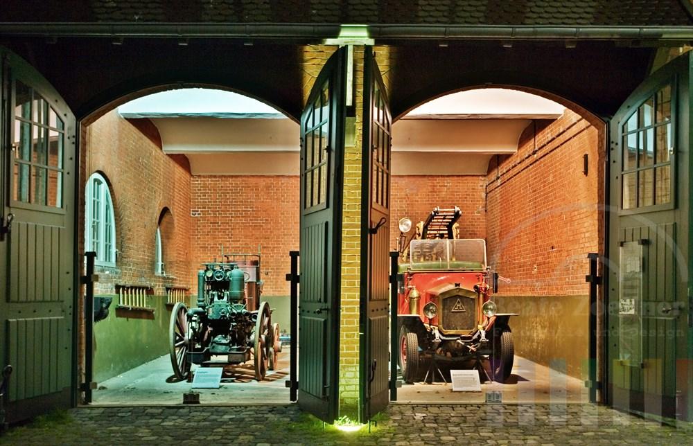 Nachtaufnahme: Historische Werksfeuerwehr in der Remise der Zeche Zollern. Die gesamte Anlage ist heute Museum und gilt als erstes technisches Baudenkmal von internationaler Bedeutung in Deutschland