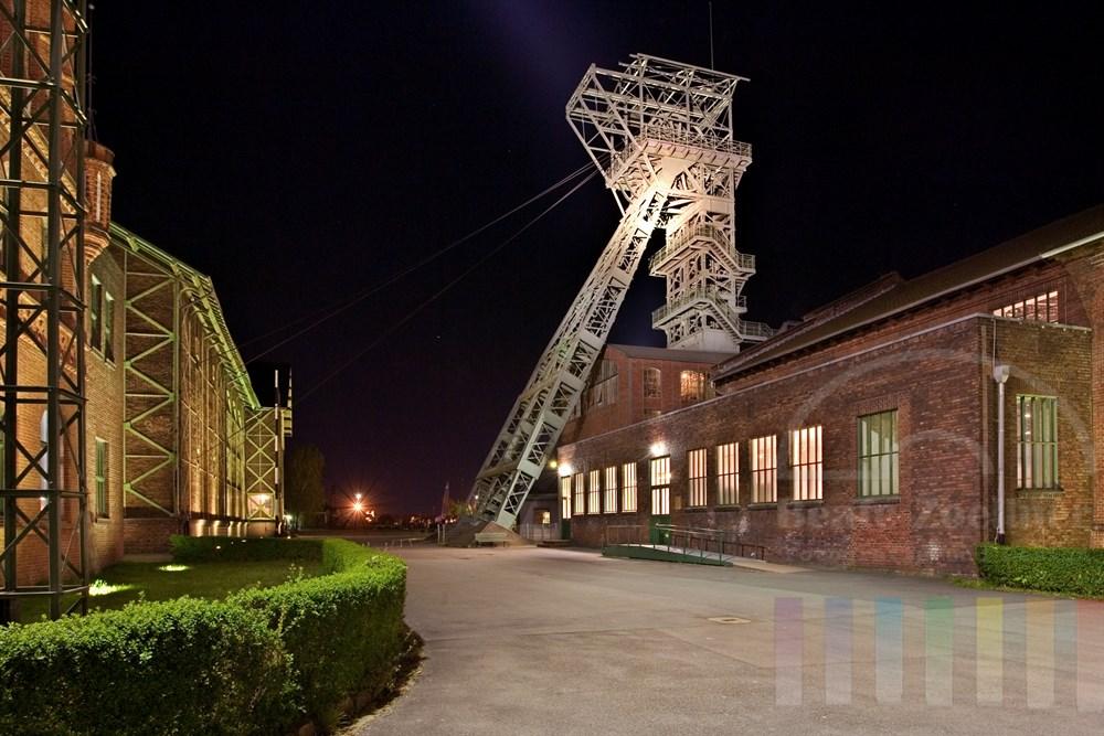 Nachtaufnahme: Förderturm der Zeche Zollern. Die gesamte Anlage ist heute Museum und gilt als erstes technisches Baudenkmal von internationaler Bedeutung in Deutschland