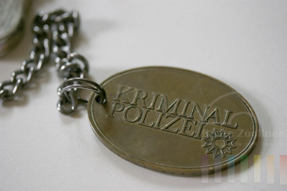 """close: Marke mit Aufschrift """"Kriminalpolizei"""" an Kette"""