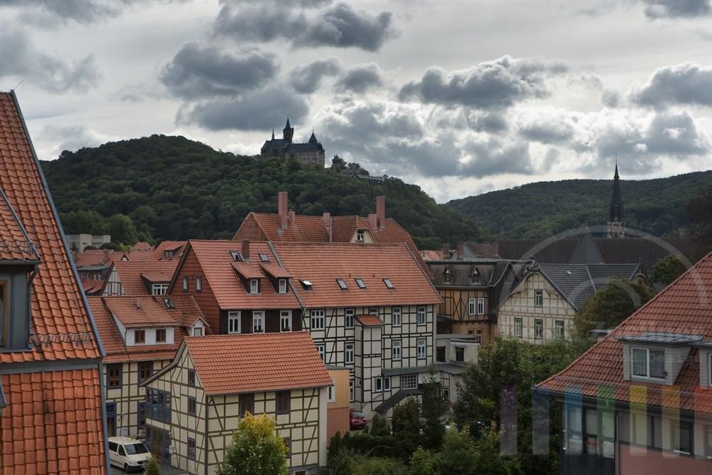 Blick über die Dächer der Stadt Wernigerode im Ostharz und das gleichnamige Schloss