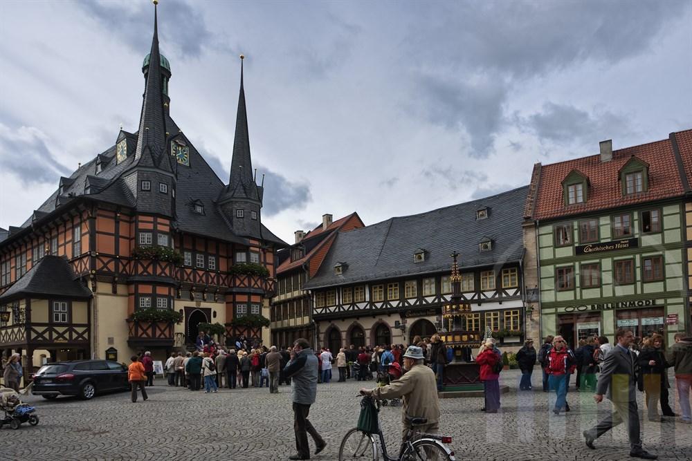 Rathaus und Marktplatz in Wernigerode mit zahlreichen Touristen und Passanten. Aus dem Rathaus komm gerade ein frisch getrautes Ehepaar
