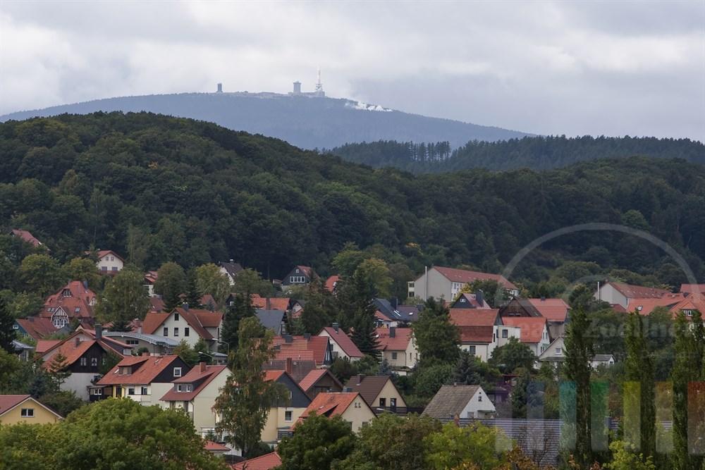 Blick über Wernigerode im Harz auf den Gipfel des Brocken. Der Dampf der Schmalspurbahn ist deutlich zu erkennen