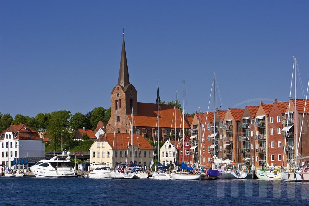 Stadtansicht von Sonderburg (Dänemark) mit Kirche und Segelschiffen im Stadthafen, wasserseits