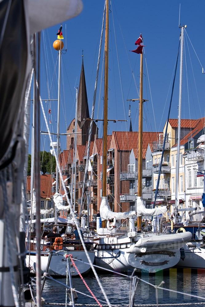 """Anlegemanoever im Stadthafen von Sonderburg (Dänemark). Dort liegen bereits zahlreiche Segelschiffe im """"Päckchen"""""""