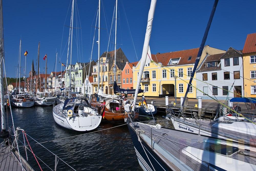 """Anlegemanoever im Stadthafen von Sonderburg (Dänemark). Dort liegen bereits zahlreiche Segelschiffe im """"Päckchen"""", sonnig"""