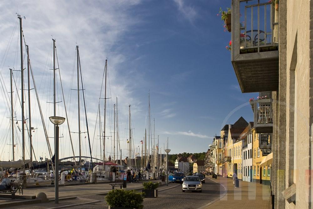 Abendstimmung im Stadthafen von Sonderburg (Dänemark) mit zahlreichen Segelyachten direkt an der Promenade, sonnig