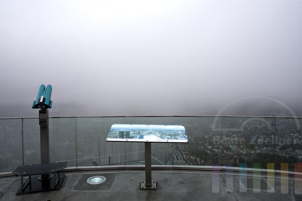 Blick vom Frankfurter Main-Tower bei schlechtem Wetter