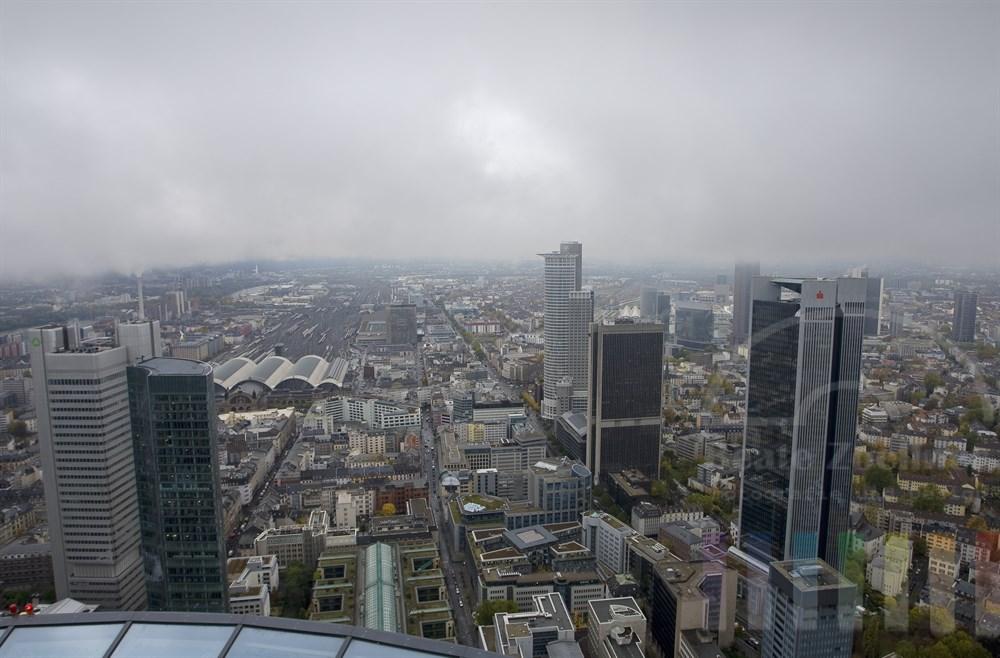 Blick vom Main-Tower: Die Finanzmetropole Frankfurt liegt unter einen dicken Wolkenschicht