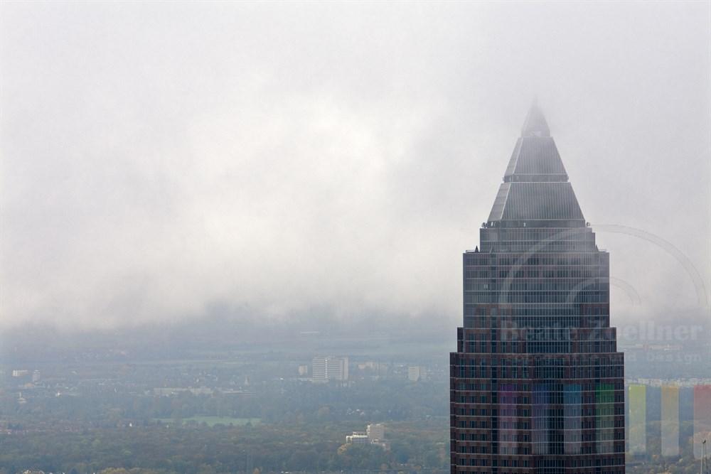 """Spitze des Frankfurter Wolkenkratzers """"Messeturm"""" ist von Wolken und Nebelschwaden umhüllt"""