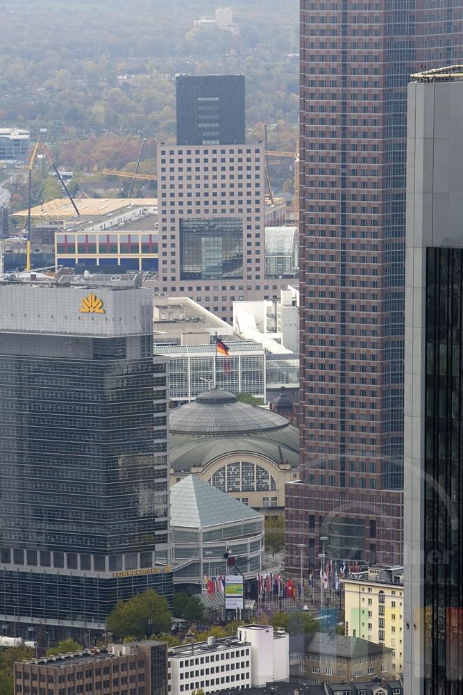 die altehrwürdige Frankfurter Festhalle am Messegelände verteidigt ihren Platz zwischen den modernen Hochhäusern