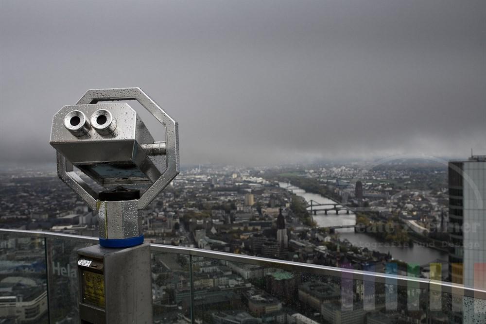 Blick vom Frankfurter Maintower auf die Altstadt und den Main bei Regenwetter und vwolkenverhangenem Himmel