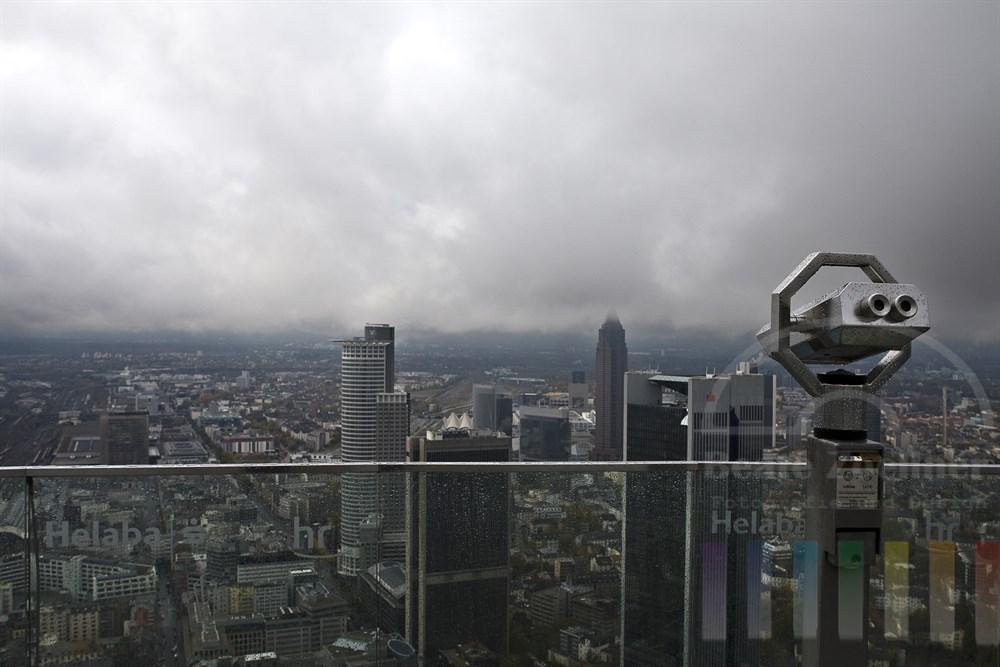 Blick vom Frankfurter Main-Tower bei schlechtem Wetter - der Messeturm kratzt an den tief hängenden Wolken