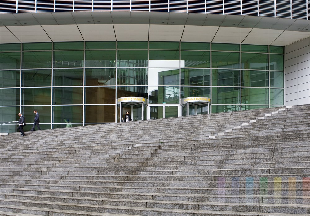 große Freitreppe führt zum Eingang der Zentrale einer der größten deutschen Privatbanken, der Commerzbank, in Frankfurt am Main